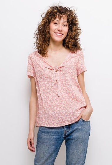 Blouse with printed flowers, knot, short sleeves. The model measures 177cm and wears S. Length:60cm