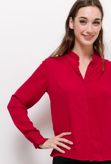 Shirt with ruffles. The model measures 177cm and wears S. Length:60cm