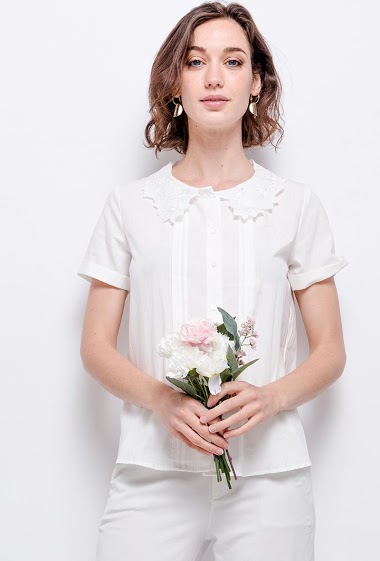 Shirt with lace collar. The model measures 177 cm