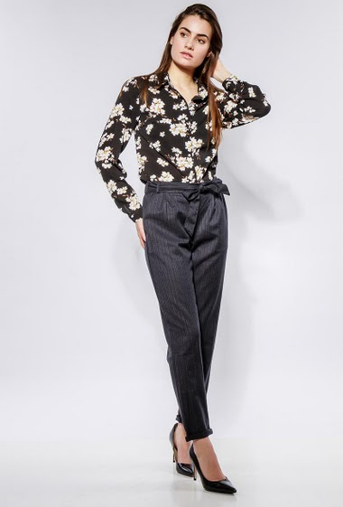 Shirt with printed flowers, fluid fabric. The model measures 172cm and wears S