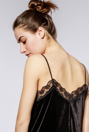 Feminine tank top, lace border, regular fit. The model measures 172cm and wears S