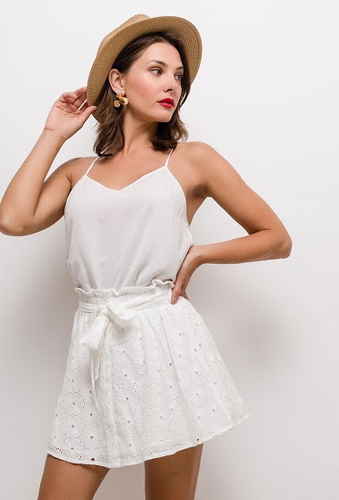 Embroidered and perforated skirt. The model measures 175cm and wears S
