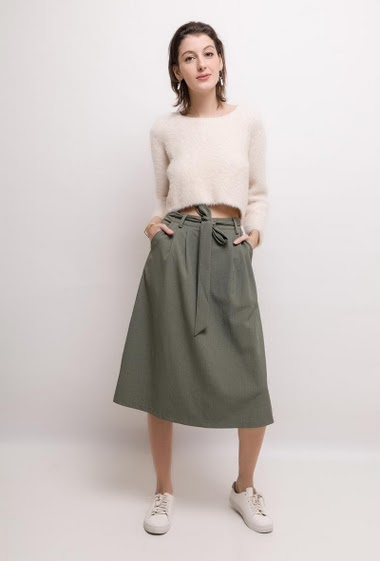 Skirt with pockets. The model measures 178cm and wears S