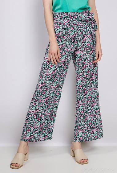 Pantalon à imprimé fleurs. La mannequin mesure 177cm