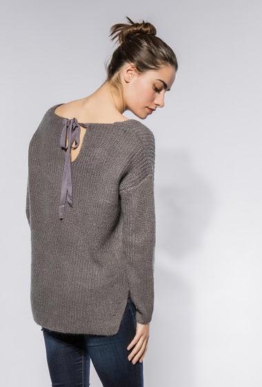 Pull en laine mélangée, coupe droite. La mannequin mesure 172cm et porte du S/M