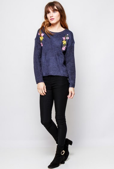 Soft sweater, embroidered flowers. The  model measures 178cm and wears S/M