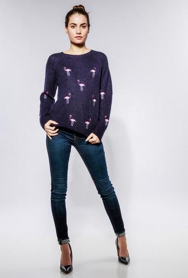 Pull en laine et mohair mélangé, flamands rose brodés. La mannequin mesure 172cm et porte du S/M