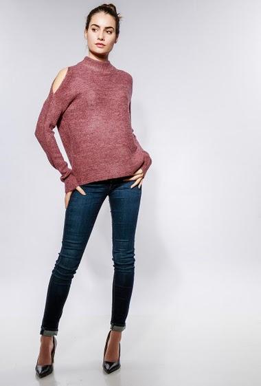 Pull en maille douce, épaules dénudées, col cheminé, coupe droite. La mannequin mesure 172cm, TU correspond à 38-40