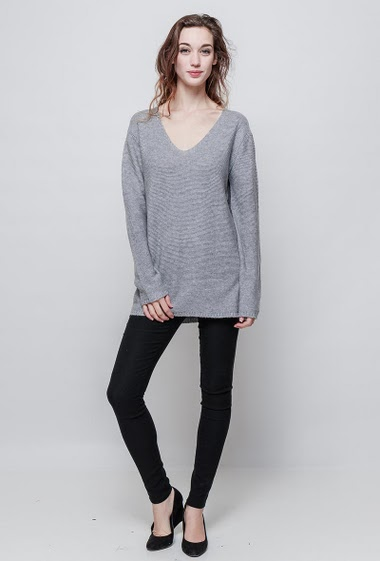Soft sweater, V neck, long sleeves. The mannequin measures 177 cm, TU corresponds to 38/40