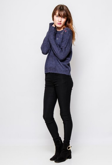 Sweater decorated with strass, casual fit. The  model measures 178cm and wears S/M