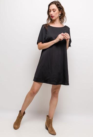 Robe doublée, manches courtes, détail dentelle. La mannequin mesure 177cm et porte du S. Longueur:90cm