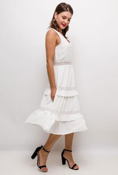 Midi sleeveless dress, lace yoke. The model measures 175cm and wears S. Length:115cm