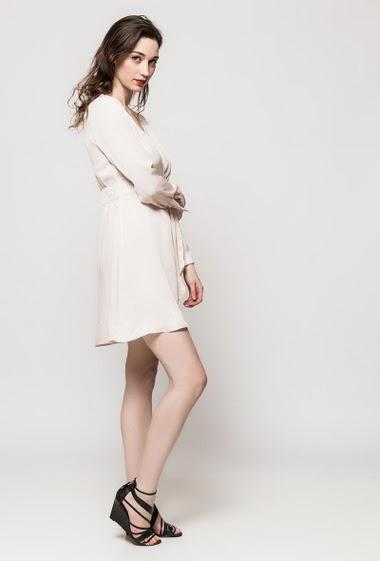 Robe soyeuse, devant croisé, tissu doux, biais contrastant. La mannequin mesure 177cm et porte du S