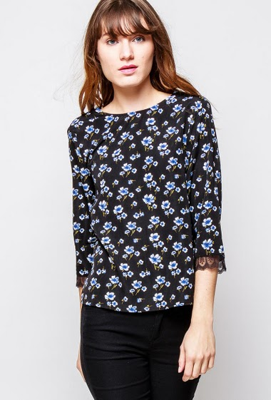 Blouse with floral pattern, V neck decorated with lace, regular fit. The  model measures 178cm and wears S