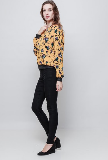 Lightweight jacket, zip closure, printed flowers. The mannequin measures 177 cm and wears S