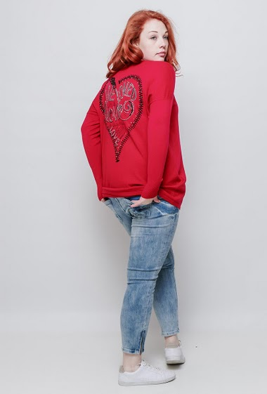 Knitted sweater, back with heart decorated with decorative strass, long sleeves, casual fit. The model measures 172cm, one size corresponds to 42/44
