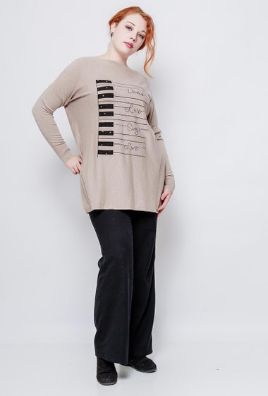 Loose sweater, soft knit, printed piano decorated with strass. The model measures 172cm, one size corresponds to 38-44