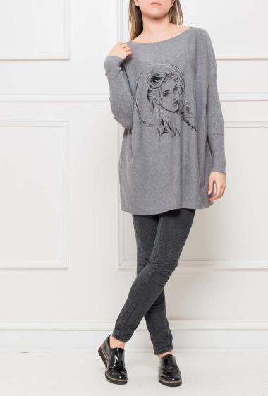Pull ou tunique en maille douce avec visage femme imprimé sur le devant et décoré de strass, manches côtelées, coupe ample