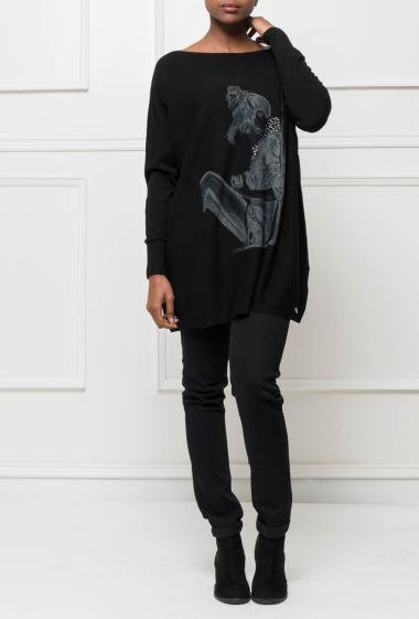 Pull long ou tunique en maille avec femme imprimée et orné de strass, coupe ample