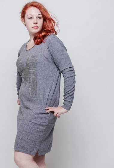 Sweater dress, letter M in decorative strass, casual fit. The model measures 172cm and wears T5. T4 corresponds to T46/48 and T5 corresponds to 50/52
