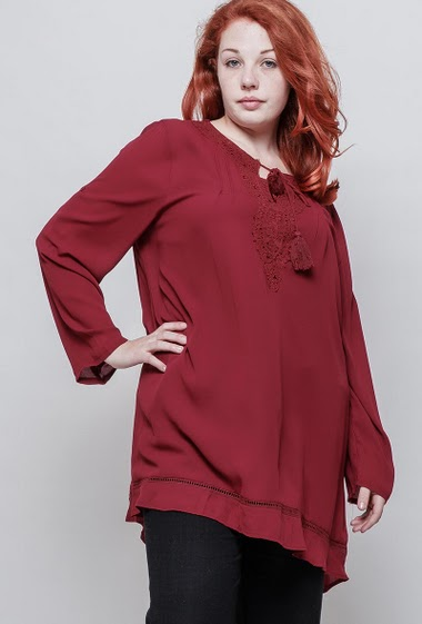 Light tunic with lace yoke, loose fit. The model measures 172cm y lleva T5. T3(42/44) - T4(46/48) - T5(50/52)