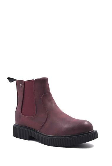 Flat boots with platform, zipper and elastic bands.