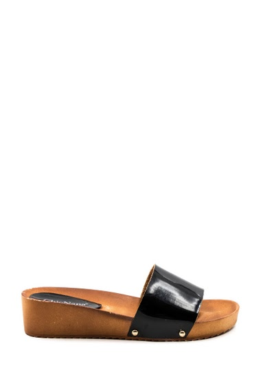 Varnished wedges pads, soft and comfortable, easy to put on. Heel height: 4 cm.