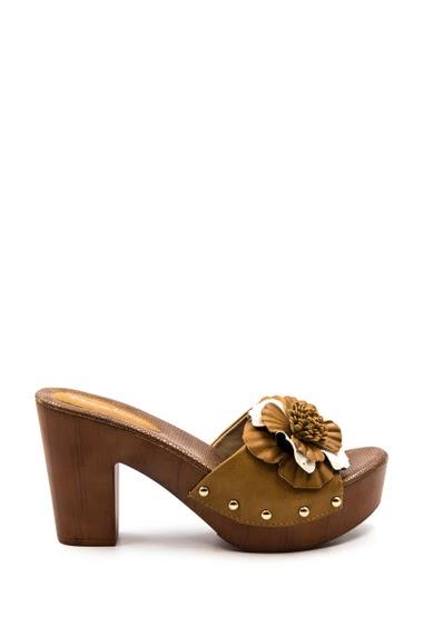 Sandale à plateforme. Bout ouvert, compensée à l'avant. Bride munie d'une fleur. Compensée : 3 cm. Hauteur Talon : 9 cm.