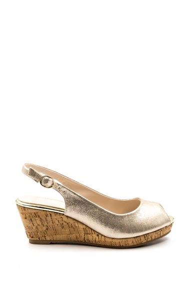 Sandales compensées en effet satin brillant, semelles compensées en style liège, confortables et faciles à enfiler. Hauteur talon : 6 cm.