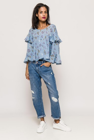 Blouse with ruffles, wide sleeves, printed flowers. The model measures 177cm and wears S. Length:52cm