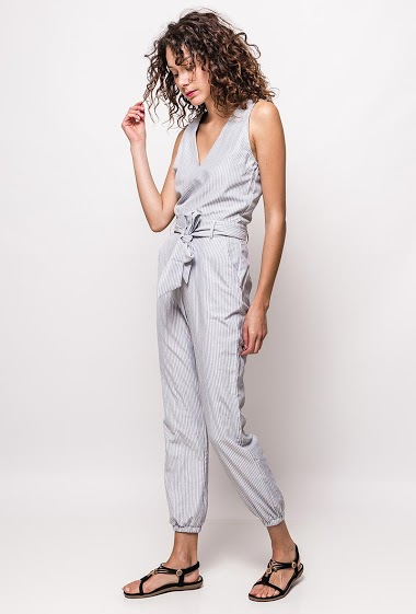 Sleeveless jumpsuit. The model measures 178cm and wears S. Length:138cm