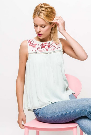 Sleeveless top, embroidered flowers. The model measures 177cm and wears S. Length:60cm