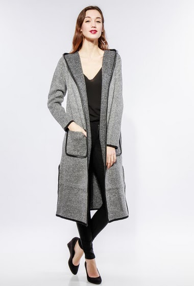 Open cardigan in chunky knit, hood, ppockets, contrasting border, splits. The model measures 177cm, one size corresponds to 38-40