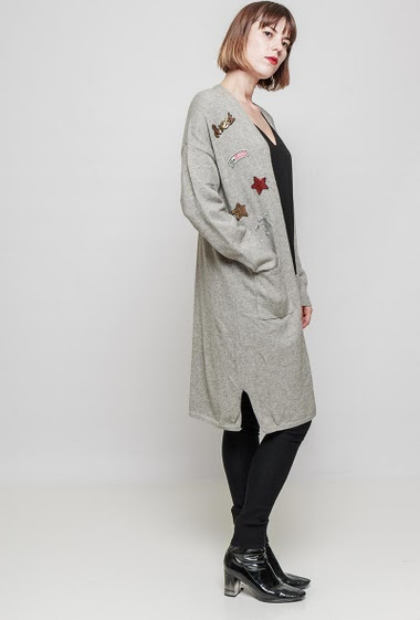 Gilet en maille douce, patchs brodés et ornés de sequins, poches plaquées. Le mannequin mesure 172 cm, TU correspond à 38-40
