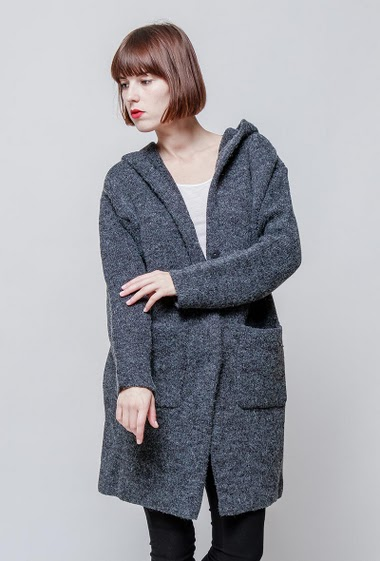 Thick knitted cardigan with hood, back with star, pockets. The model measures 172cm, one size corresponds to 38-40