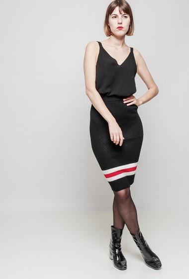 Jupe en maille côtelée, taille élastique, bordure à rayures. Le mannequin mesure 172 cm, TU correspond à 38-40