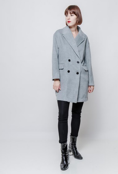 Double breasted soft coat, flap pockets. The model measures 172cm and wears S