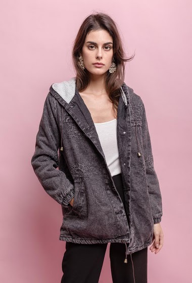 Denim jacket, hood. The model measures 176cm and wears S. Length:70cm