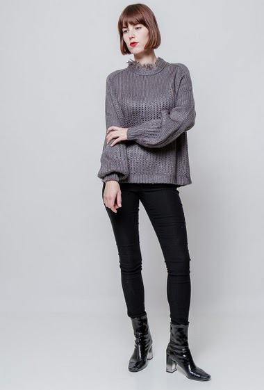 Knitted sweater, puffed sleeves, collar with fringes. The model measures 172cm, one size corresponds to 38-40