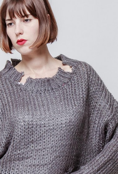 Damaged knitted sweater. The model measures 172cm, one size corresponds to 38-40