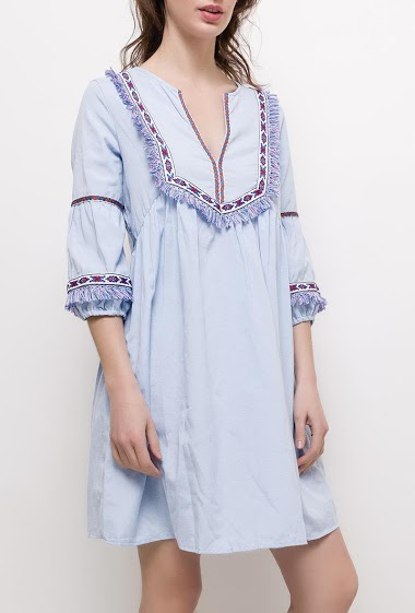 Dress with embroideries. The model measures 177cm and wears S. Length:90cm