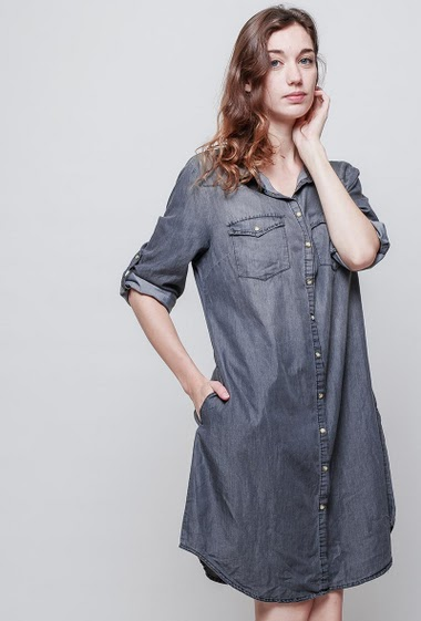 Faded denim dress, roll-up sleeves, pockets, classic fit, press stud closure. The model measures 177 cm and wears XXL