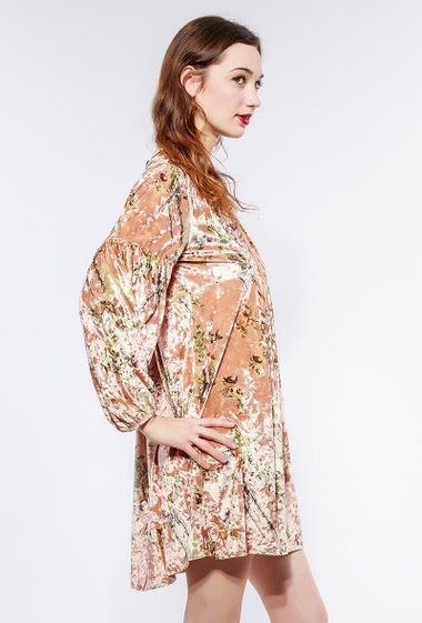 Velvet dress with printed flowers, collar with tie. The model measures 177cm and wears S