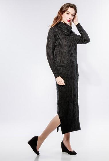 Long dress, twisted knit, turtle neck, side split, pockets. The model measures 177cm, one size corresponds to 38-40