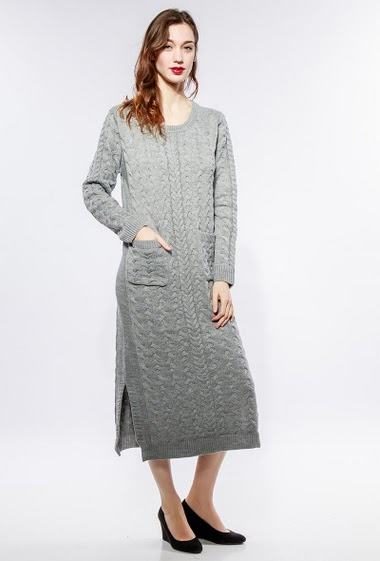 Long dress, twisted knit, round neck, side split, pockets. The model measures 177cm, one size corresponds to 38-40