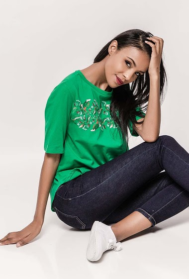 T-shirt with embroideries. Short sleeves. The model measures 172cm and wears S. Length:60cm