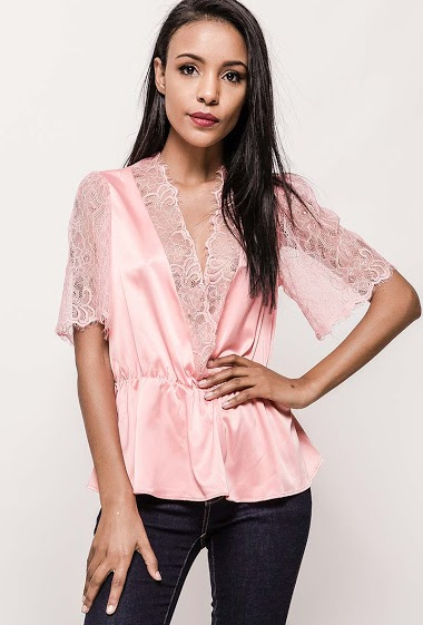 Romantic top with V neck. Laced details on the collar and sleeves. The model measures 172cm and wears S. Length:60cm