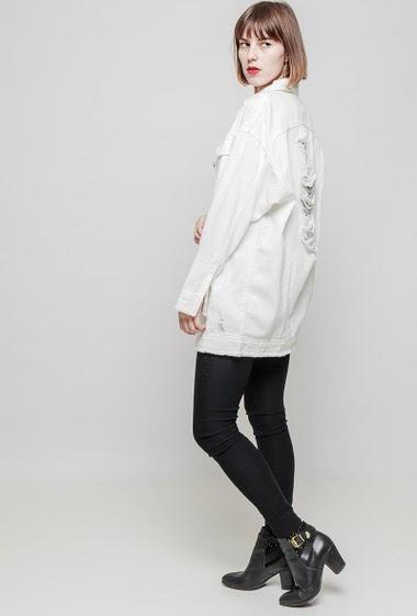 Veste en coton, déchirures, coupe droite. Le mannequin mesure 172 cm et porte du S