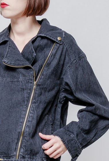 Denim jacket, embroidered back. The model measures 172cm and wears S