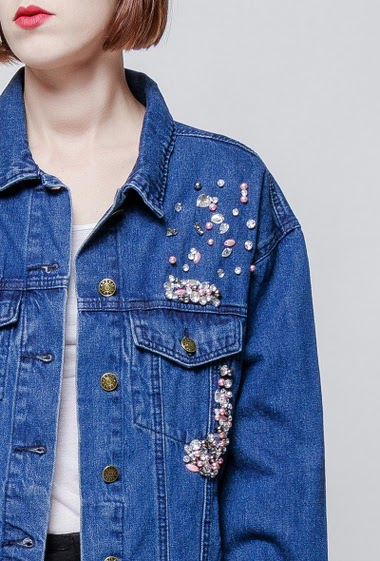 Denim jacket with pearls, casual fit. The model measures 172cm and wears S